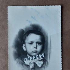 Fotografía antigua: ANTIGUA FOTOGRAFÍA NIÑO. 1955. DEDICADA. TROQUELADA.. Lote 179042691