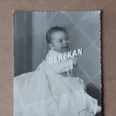 Fotografía antigua: ANTIGUA FOTOGRAFÍA NIÑO TRAJE BAUTISMO. 1955. FOTÓGRAFO JAIME. ONTENIENTE. VALENCIA. TROQUELADA.. Lote 179186425