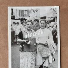 Fotografía antigua: ANTIGUA FOTOGRAFÍA 2 MUJERES EN LA CALLE.. Lote 179188726