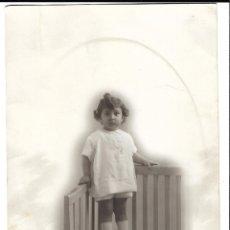 Fotografía antigua: R56-EXTRAORDINARIA FOTOGRAFIA ANTIGUA DE UNA NIÑA SOBRE UN BANCO - FOTO- LOS JULIANES. Lote 179193491