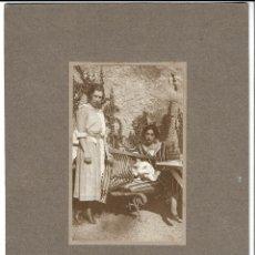Fotografía antigua: R56-EXTRAORDINARIA FOTOGRAFIA ANTIGUA DE DOS DAMAS CON SU PERRO- FOTO- KODAK - DE 1.921. Lote 179193947