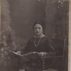 Fotografía antigua: FOTOGRAFIA FOTO CHICA MUJER LEYENDO - TALLERES FOTOGRAFICOS AMER CALLE QUINT PALMA DE MALLORCA. Lote 179199182