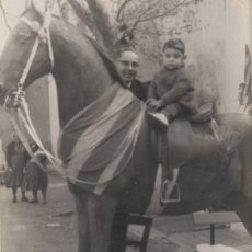 Fotografía antigua: FOTOGRAFIA FOTO NIÑO CON PADRE MONTADO EN UN CABALLO DE CARTON JIGANTE - BANDERA CATALANA SENYERA. Lote 179249895