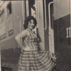 Fotografía antigua: FOTOGRAFIA FOTO MUJER POSANDO EN UN TREN. Lote 179252848