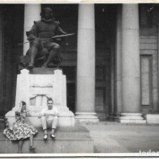 Fotografía antigua: == DD167 - FOTOGRAFIA - PAREJA SENTADOS JUNTO A UN MONUMENTO. Lote 179257557