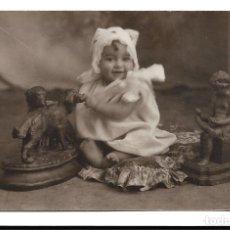 Fotografía antigua: R56- EXTRAORDINARIA FOTOGRAFIA ANTIGUA - NIÑA SOBRE UN COJIN - FOTO - - - - - - . Lote 179310846