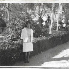Fotografía antigua: == DD170 - FOTOGRAFIA - JOVEN EN UN PARQUE. Lote 179314996