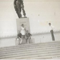 Fotografía antigua: == DD172 - FOTOGRAFIA - AMIGOS JUNTO A UN MONUMENTO. Lote 179315220