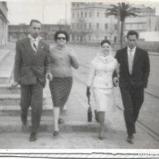 Fotografía antigua: == DD176 - FOTOGRAFIA - DOS PAREJAS DE PASEO. Lote 179316843