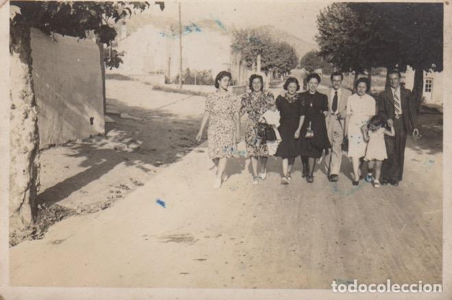 FOTOGRAFIA FOTO GRUPO HOMBRES Y MUJERES PASEANDO POR SITGES 1942 (Fotografía - Artística)