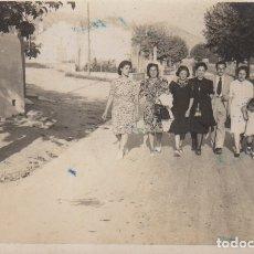 Fotografía antigua: FOTOGRAFIA FOTO GRUPO HOMBRES Y MUJERES PASEANDO POR SITGES 1942. Lote 179317466