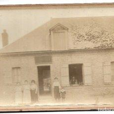 Fotografía antigua: R56- EXTRAORDINARIA FOTOGRAFIA ANTIGUA - UNA FAMILIA EN LA PUERTA DE SU CASA - FOTO - - - - - . Lote 179318048