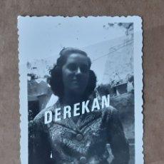 Fotografía antigua: ANTIGUA FOTOGRAFÍA MUJER JOVEN. AÑOS 40. YECLA. MURCIA. TROQUELADA.. Lote 179325447