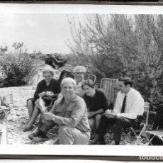 Fotografía antigua: == DD190 - FOTOGRAFIA - GRUPO DE AMIGOS COMIENDO EN EL CAMPO. Lote 179329932