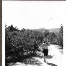 Fotografía antigua: == DD193 - FOTOGRAFIA - SEÑORA EN EL CAMPO. Lote 179330302