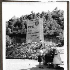 Fotografía antigua: == DD194 - FOTOGRAFIA - SEÑORAS EN TRANDO A UN COCHE. Lote 179330410