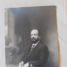 Fotografía antigua: FOTOGRAFIA SEÑOR SENTADO LEYENDO ABC. FOTOGRAFO JARILLO Y CIA, MADRID 1913. Lote 179536358