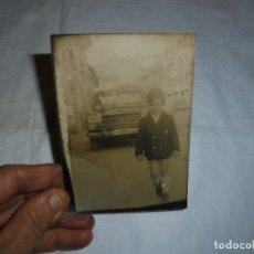 Fotografía antigua: NIÑO DETRAS COCHE CON MATRICULA DE OVIEDO . Lote 180017891