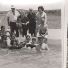 Fotografía antigua: FOTOGRAFIA FOTO FAMILIAR EN LA PISCINA LERIDA 1970. Lote 180101166