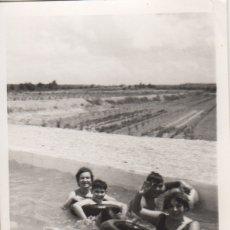 Fotografía antigua: FOTOGRAFIA FOTO FAMILIAR EN UNA PISACINA LERIDA 1970. Lote 180101807