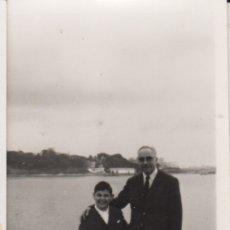 Fotografía antigua: FOTOGRAFIA FOTO FAMILIAR ABUELO CON NIETO EN LA CORUÑA SANTA CRISTINA JUNIO 1970. Lote 180101862