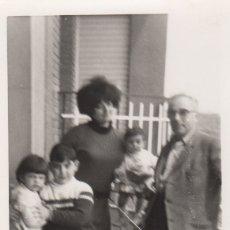 Fotografía antigua: FOTOGRAFIA FOTO FAMILIAR 1970. Lote 180103280