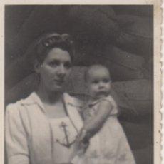 Fotografía antigua: FOTOGRAFIA FOTO FAMILIAR MADRE CON NIÑA. Lote 180138905