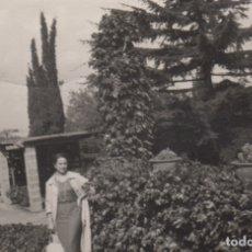 Fotografía antigua: FOTOGRAFIA FOTO MUJER POSANDO EN UN JARDIN. Lote 180139190