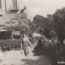 Fotografía antigua: FOTOGRAFIA FOTO MUJER POSANDO EN UN JARDIN. Lote 180139231