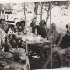 Fotografía antigua: FOTOGRAFIA FOTO FAMILIAR COMINEDO EN EL CAMPO SEÑOR BEBIENDO EN PORRON COCHE SEAT 600 . Lote 180186983