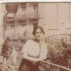Fotografía antigua: FOTOGRAFIA FOTO MUJER POSANDO EN EL BALCON. Lote 180188808