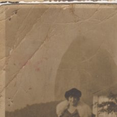 Fotografía antigua: FOTOGRAFIA FOTO MUJER POSANDO CON PIELES. Lote 180188888