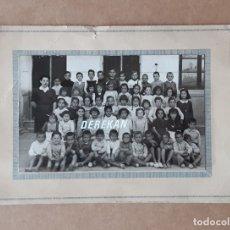Fotografía antigua: ANTIGUA FOTOGRAFÍA ESCOLAR SOBRE CARTULINA. ESCUELA. COLEGIO. NIÑOS Y NIÑAS. MAESTRA. AÑOS 40?. Lote 180259815