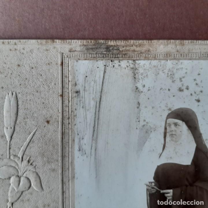 Fotografía antigua: ANTIGUA FOTOGRAFÍA SOBRE CARTÓN. NIÑA CON HÁBITO DE MONJA. PRIMERA COMUNIÓN. - Foto 2 - 180264337