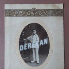Fotografía antigua: ANTIGUA FOTOGRAFÍA SOBRE CARTULINA. NIÑO PRIMERA COMUNIÓN. DERREY. VALENCIA. AÑOS 20.. Lote 180269285