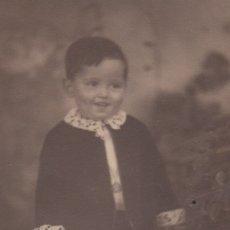 Fotografía antigua: FOTOGRAFIA FOTO DE ESTUDIO DE UN CHICO NIÑO. Lote 180274338
