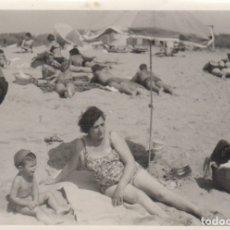 Fotografía antigua: FOTOGRAFIA FOTO EROTICA MUJER POSANDO EN BAÑADOR EN LA PLAYA. Lote 180277331