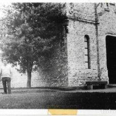 Fotografía antigua: == DD336 - FOTOGRAFIA - PAREJA EN LA ISLA DE LA TOJA - 1965. Lote 180291590