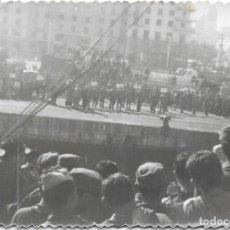 Fotografía antigua: == DD337 - FOTOGRAFIA - SOLDADOS LLEGANDO A UN PUERTO ¿ MALAGA ?. Lote 180291600