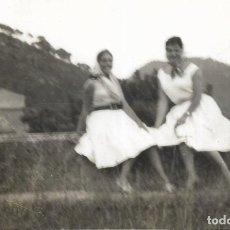 Fotografía antigua: == DD338 - FOTOGRAFIA - DOS AMIGAS EN EL MONASTERIO DE LOS CARTUJOS - 1960. Lote 180291648