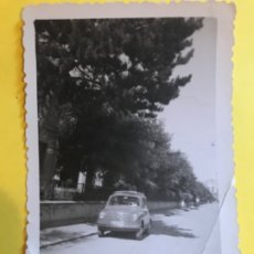 Fotografía antigua: FIAT SEISCIENTOS COCHE 600 ANTIGUA FOTOGRAFIA 1956 BURGOS COCHE VINTAGE SEICENTO 9,1X6,6 CM. Lote 180386231