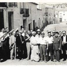Fotografía antigua: == DD457 - FOTOGRAFIA - GRUPO DE AMIGOS CON ALGUNOS TOCANDO LA GUITARRA. Lote 180405280