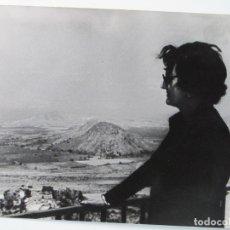Fotografía antigua: FOTOGRAFÍA POSANDO EN ALMERÍA - PAISAJE DE ALMERÍA . Lote 180431178