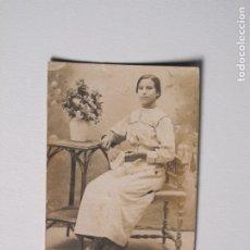 Fotografía antigua: SEÑORITA POSANDO PEQUEÑA FOTO DE ESTUDIO . Lote 180461868