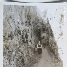 Fotografía antigua: SEÑORITA POSANDO EN PAISAJE ROCOSO . Lote 180463300