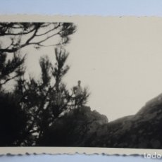 Fotografía antigua: CABALLERO POSANDO EN PAISAJE MONTAÑOSO. Lote 180980492