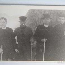 Fotografía antigua: CURAS RELIGIOSOS EN PAISAJE CON RUINAS . Lote 180985177