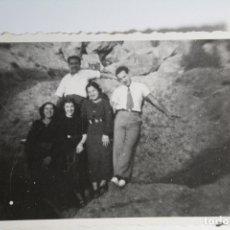Fotografía antigua: POSANDO EN PAISAJE ROCOSO. Lote 180985990