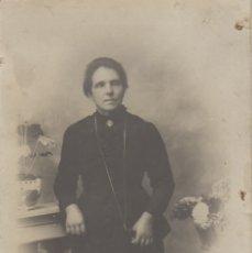 Fotografía antigua: FOTOGRAFIA FOTO MUJER DE LUTO POSANDO. Lote 181432020