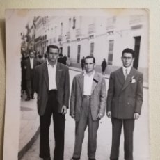 Fotografía antigua: ANTIGUA FOTOGRAFIA AMIGOS CALLE OBISPO, BADAJOZ.FOTO M.RODRIGUEZ. Lote 181953303